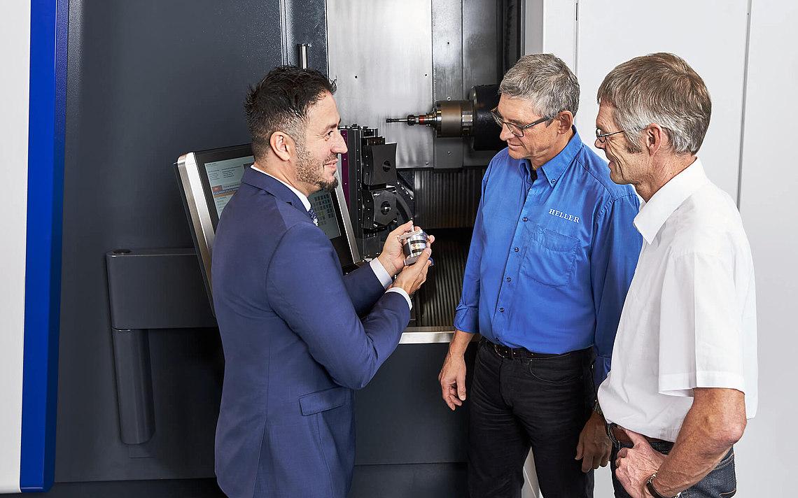 Angestellter von Neugart erklärt den Kunden über welche Eigenschaften das Getriebe verfügt.